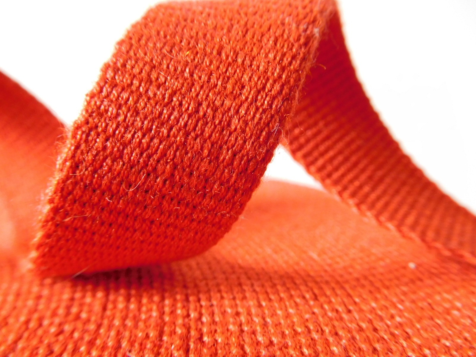 Red aramid fiber webbing for fire safety clothing