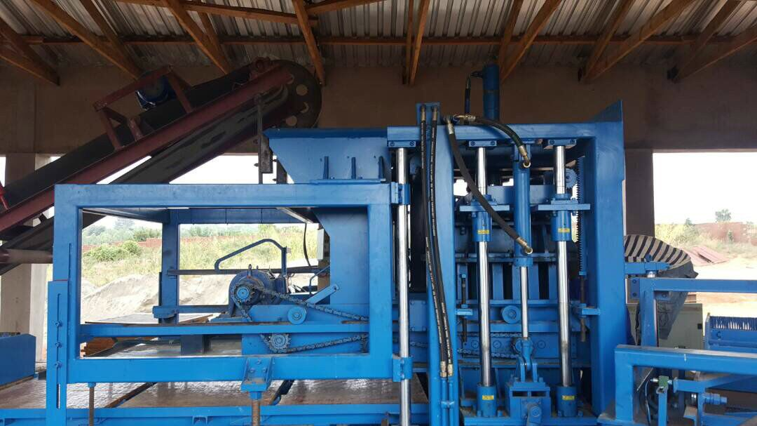 QTY6-15 fully automatic machine line working in Malawi.jpg
